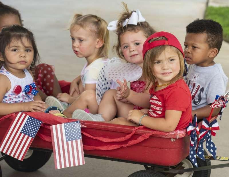 美國兒童。最新研究指出,全球人口將於2064年達到97億人高峰,之後便開始下滑。(AP)