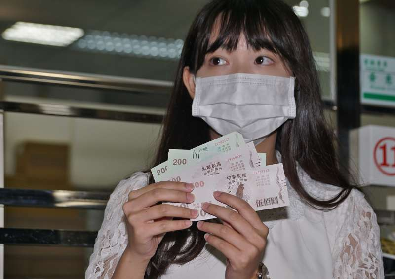 20200715-全台郵局15日起開放購領振興三倍券,民眾展示剛到手的三倍券。(盧逸峰攝)