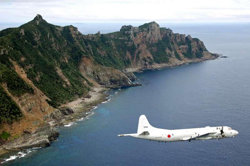 日本海上自衛隊的P-3C偵察機飛越尖閣列島(釣魚台列嶼)上空。(美聯社)