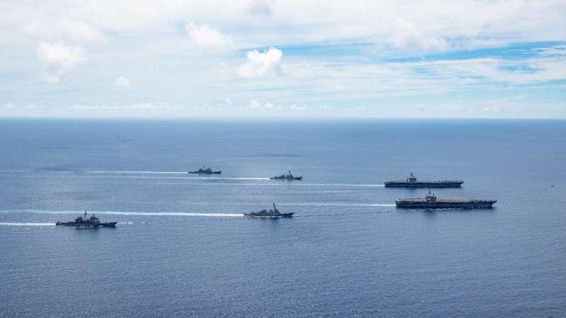 2020年7月17日,美軍核動力航空母艦尼米茲號、雷根號在南海舉行演習(美國海軍)