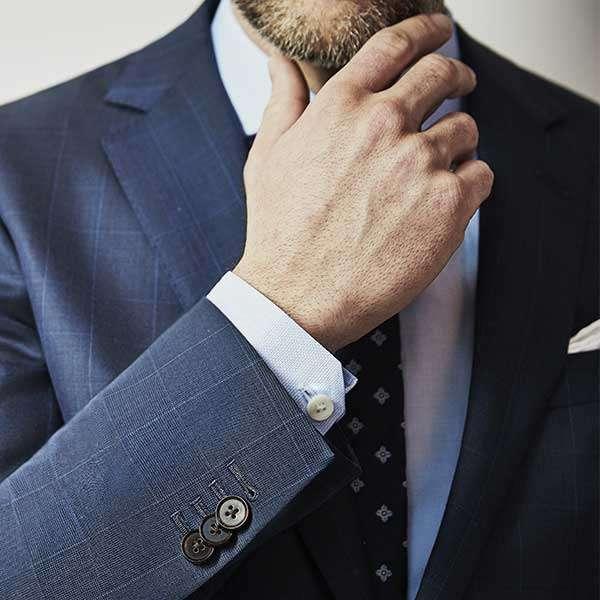 圖四、露出襯衫袖口的長度建議長過外套1到2公分,保護外套也增加層次感。(圖取自Blacklapel網站)