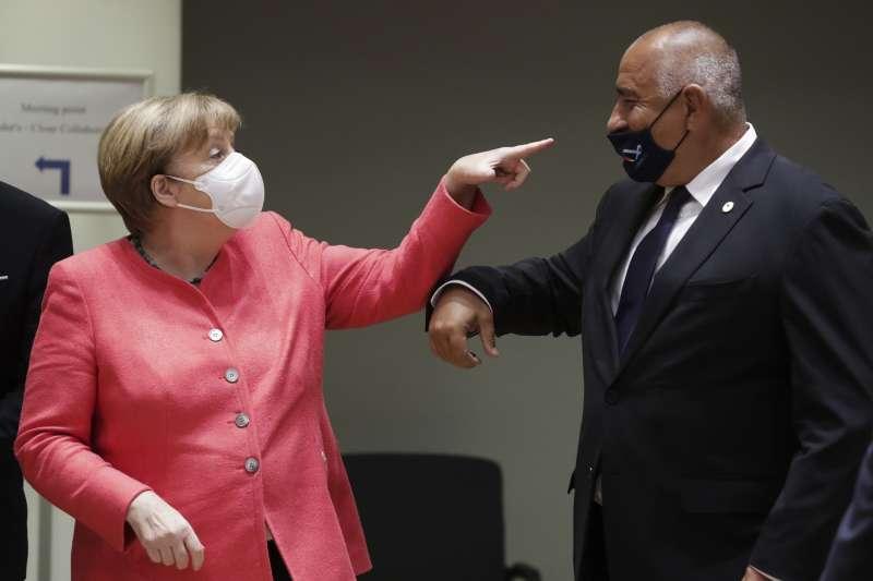 歐盟峰會17日在布魯塞爾召開,所有領導人都戴上口罩防疫。圖為德國總理梅克爾(左)與保加利亞總理波瑞索夫。(AP)