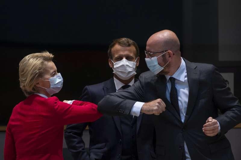 歐盟峰會17日在布魯塞爾召開,所有領導人都只能以手肘互碰代替握手。圖為歐盟執委會主席馮德萊恩(左)與歐盟峰會主席米歇爾。(AP)
