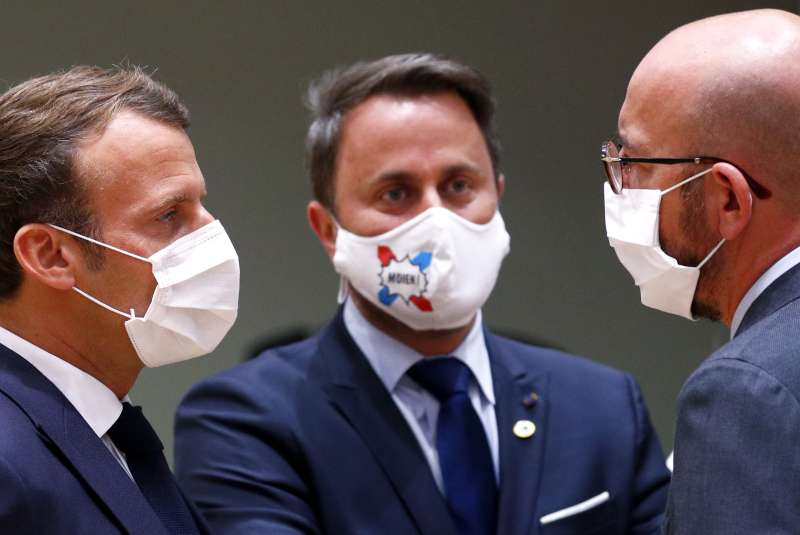 防疫期間,參與歐盟峰會的各國領導人全都戴上口罩。從左至右為:法國總統馬克宏、盧森堡總理貝特爾與歐盟峰會主席米歇爾。(AP)