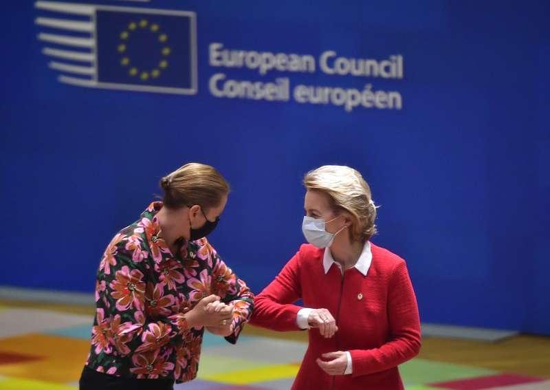 防疫期間,歐盟執委會主席馮德萊恩(右)與丹麥總理佛瑞德里克森以手肘互碰致意。(AP)