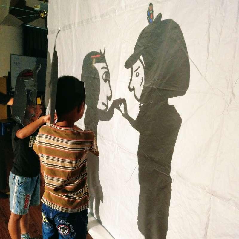 花蓮富里「東里國小」暑假的第一個活動,迎來秋野芒劇團的光影體驗營「點火計畫」,讓孩子們體驗光影戲的魔力(秋野芒劇團)