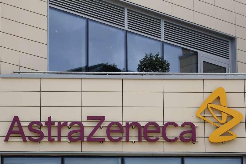 英國藥廠阿斯特捷利康(AstraZeneca)與牛津大學共同研發的新冠疫苗效果正面,正進入第三期臨床試驗。(AP)