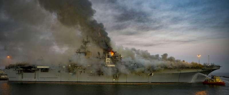 美軍「好人理查號」兩棲突擊艦日前發生大火,延燒超過四天才被撲滅。(美國海軍官網)