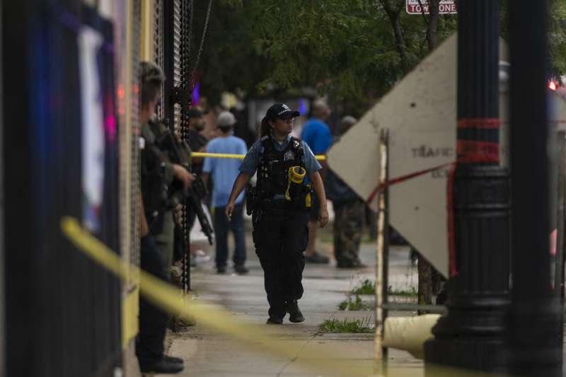 芝加哥槍擊案頻傳,21日疑似黑幫分子在葬禮上尋仇,至少4死25傷。(AP)