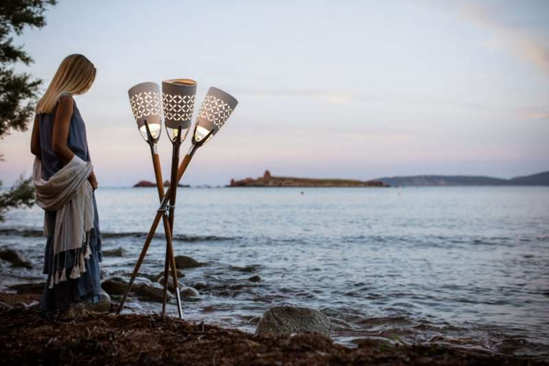 1專事太陽能照明的品牌Maiori,儼如火炬的La Lampe Parade Teak系列,充分流露營地風情。(圖/瘋設計)