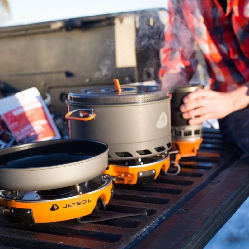 2Jetboil這款Genesis Basecamp System二口式火爐採相連的折疊式設計,包含平底與深型兩種不沾鍋,加上易於清潔的滴水盤,機能雖小五臟俱全。(圖/瘋設計)
