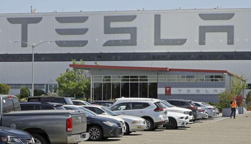 特斯拉2020年公布第二季財報,已是連續第四季獲利。執行長馬斯克宣布將在德州奧斯汀設立超級工廠。(AP)