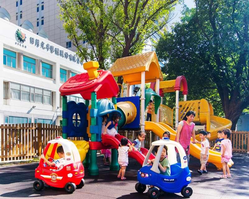 中壢廠附設的幼兒園「同心園」,已有27年歷史,每年都要抽籤才有機會進去,非常搶手。(圖/日月光提供)