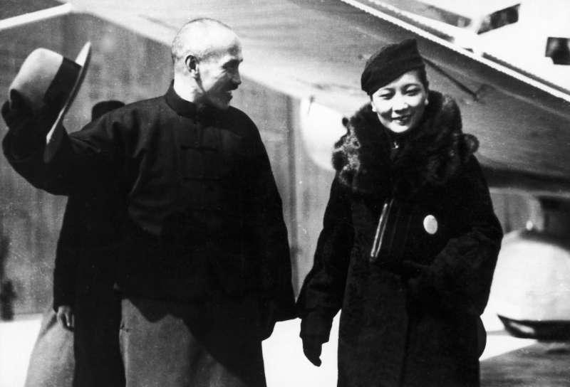 20200723-《宋氏三姊妹與她們的丈夫》配圖,1936年12月,宋美齡冒險飛去西安營救丈夫。圖為蔣介石獲釋後夫婦倆飛回家。(麥田出版提供,圖像來源:Alamy)