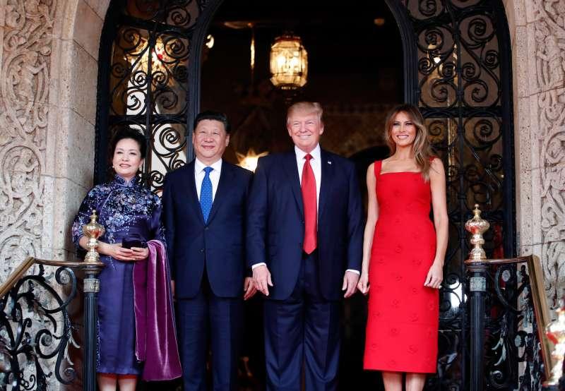 2017年,中國國家主席習近平及夫人彭麗媛與川普總統及夫人梅蘭妮亞在佛羅里達州會晤。(AP)
