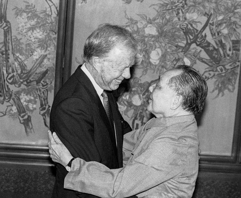 1987年,美國前總統卡特(Jimmy Carter)對中國進行私人訪問,與中國最高領導人鄧小平在北京會晤。(AP)