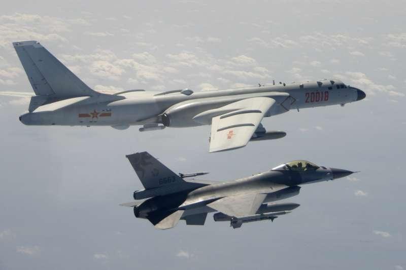 2020年2月,中國人民解放軍「轟-6」轟炸機出沒台灣空域,我空軍F-16戰機密切監控(AP)