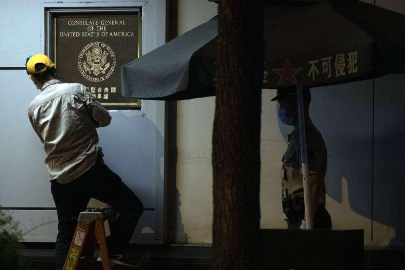 7月26日是美國駐成都總領事館關閉關閉前的最後一天,工作人員當晚將門口的國徽與門牌拆下。(美聯社)
