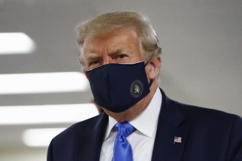 川普7月首次在公共場合戴口罩。(美聯社)