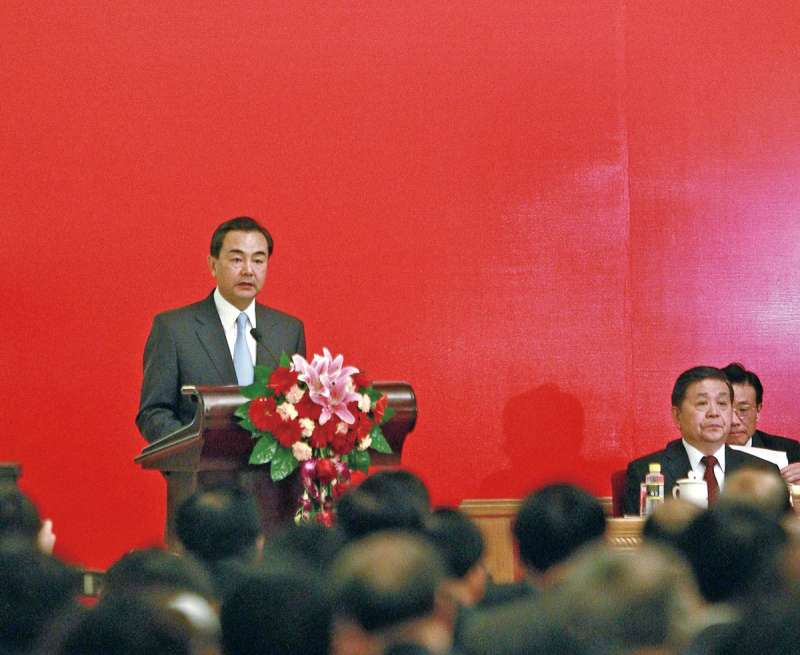 王毅(左)逐漸步入北京決策核心圈。(美聯社)