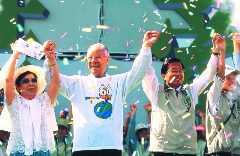 2000年總統大選首度政黨輪替,李登輝實現「生前和平轉移政權」的心願。(新新聞資料照)
