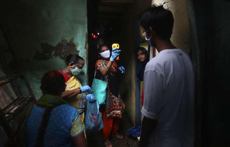 印度新冠肺炎疫情暴衝,累計確診案例已經突破153萬。(AP)