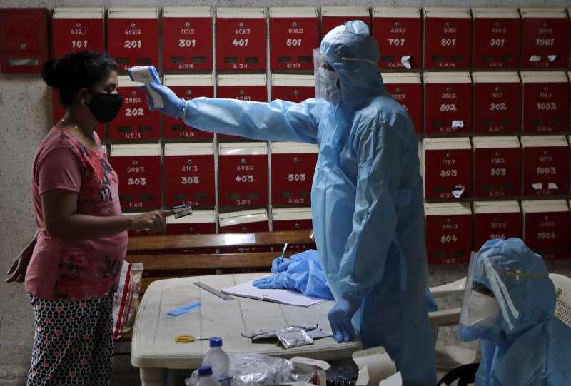 印度新冠肺炎疫情暴衝,研究顯示孟買貧民窟約57%人口都感染過新冠病毒。(AP)