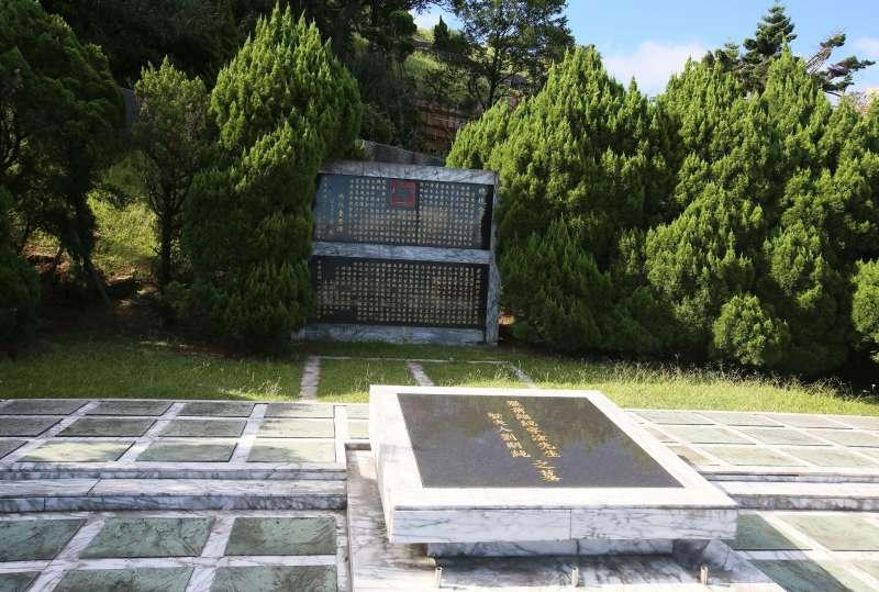 軍方原先提議的五指山李登輝墓地預定地是位於前總統嚴家淦墓地兩旁。(柯承惠攝)