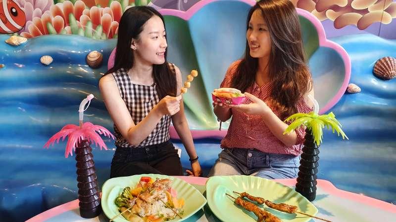 季節限定的火山野宴海陸套餐,在園區內海底餐廳提供,在海洋氛圍的環境中享用,更加提升視覺味覺享受。(圖/六福村提供)