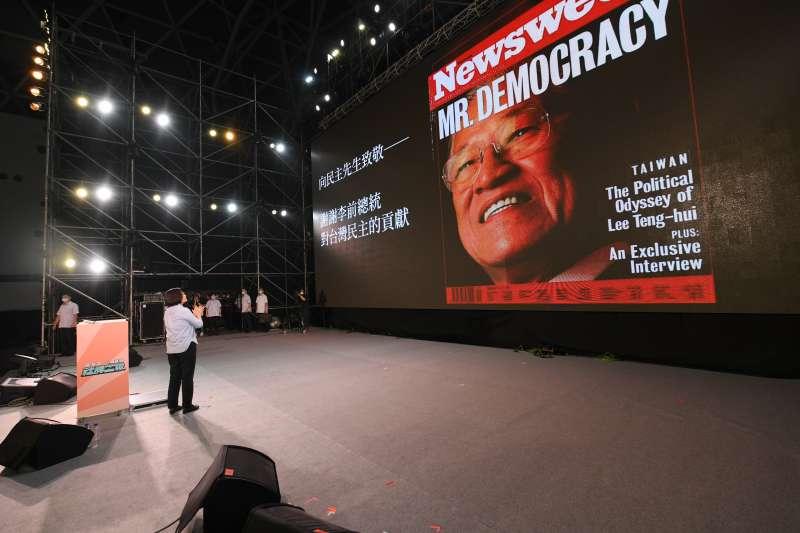 20200801-社群之夜活規劃「向民主先生致敬」橋段,讓民眾向前總統李登輝表達敬意。(陳其邁競選團隊提供)