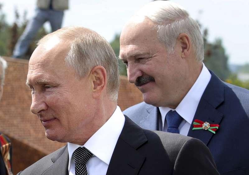 白俄羅斯(白羅斯)總統盧卡申科(Alexander Lukashenko,右)與俄羅斯總統普京。(AP)