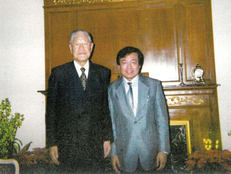 王輝生(右)為李登輝(左)赴日就醫在日本發動連署。(王輝生(大田一博)提供)