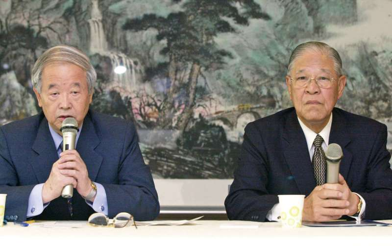 2001年前總統李登輝(右)欲赴日治病,但日本官方卻拖延不發簽證,遂與知日友人彭榮次招開記者會。(新新聞資料照)