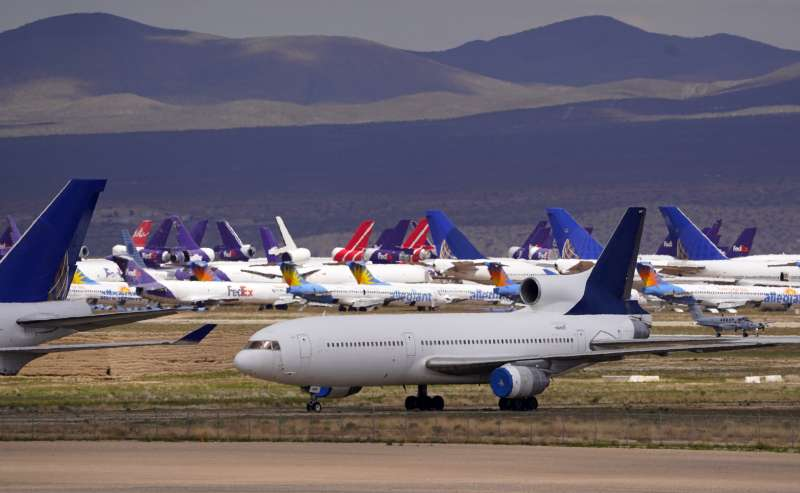 疫情期間航班減少,能源需求隨之下降。(美聯社)