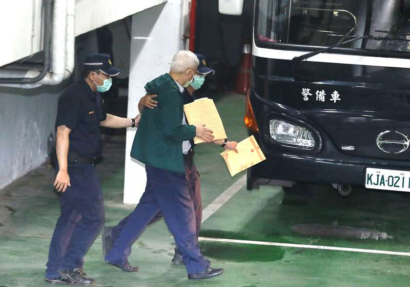 20200804-台北地院裁定涉及SOGO收賄弊案的太流前董事長李恆隆收押禁見,圖為他被送上警備車準備移送台北看所守。(柯承惠攝)