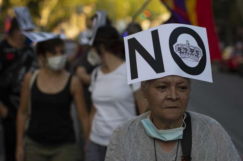 西班牙老國王卡洛斯一世因財務醜聞聲譽重挫,民眾發起反王室抗議。(美聯社)
