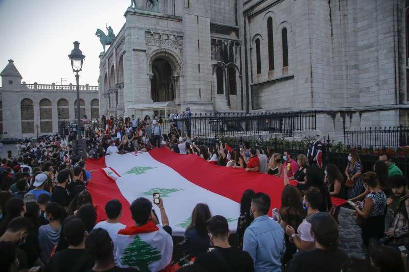 黎巴嫩貝魯特大爆炸,法國民眾聚集哀悼死傷者。(AP)