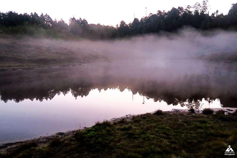 起霧的加羅湖湖畔(圖/hikingbook.ig@instagram提供)
