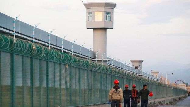 2018年,中國當局在新疆各地迅速而廣泛地建立起龐大的營地和監獄系統。(BBC News中文)