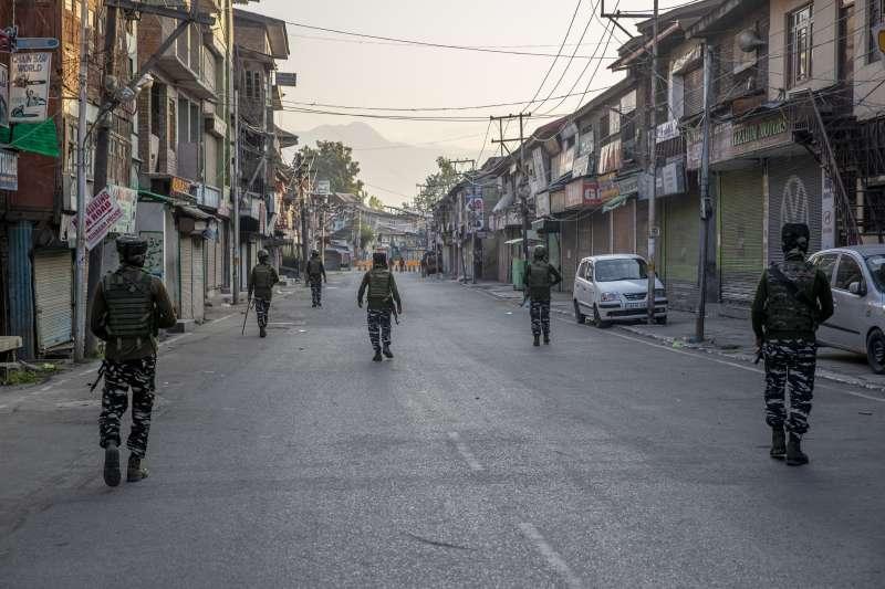 2020年8月3日,印控喀什米爾地區失去自治地位屆滿一年,印度軍方為防止動亂宣布整整兩天「宵禁」。(AP)