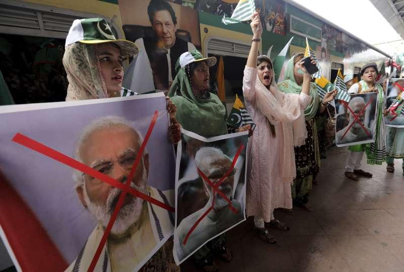 2020年8月3日,印控喀什米爾地區失去自治地位屆滿一年,巴基斯坦民眾聲援喀什米爾居民。(AP)