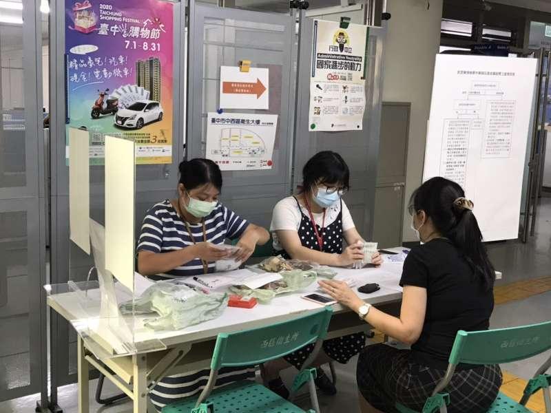 20200807-民眾送驗中藥。(台中市衛生局提供)