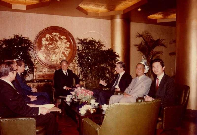 作者(右1)陪同李登輝省主席宴請急難救助金捐款人王永慶(右3)等人士(1984年初)(趙守博提供)
