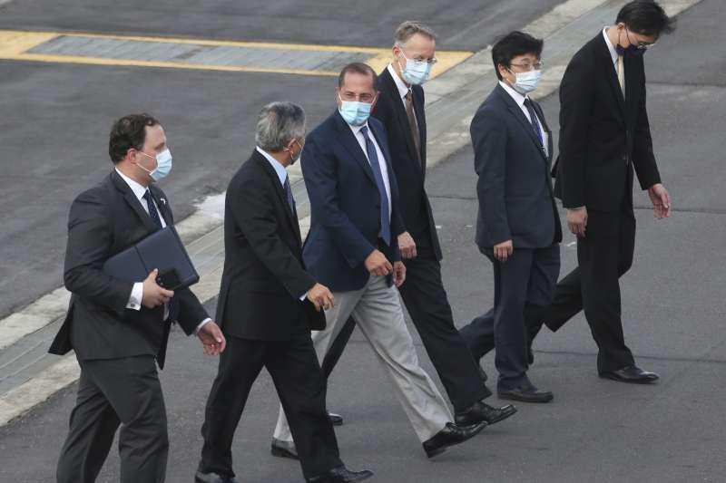 2020年8月9日,美國衛生部長艾薩(Alex Azar II)訪團搭乘專機抵達松山機場,與接機的台灣官員交談。(AP)