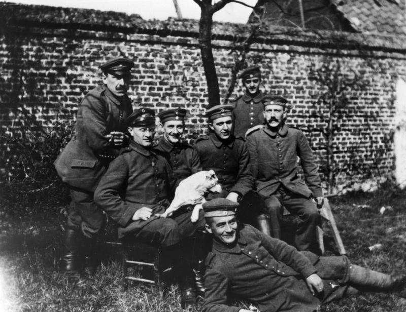 希特勒(最右)後來還是去當兵了。(圖/維基百科)