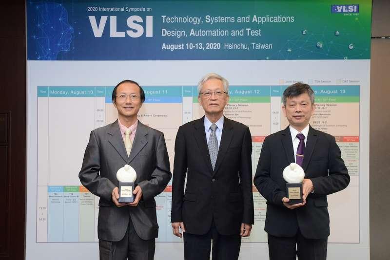 潘文淵基金會董事長史欽泰(中)與ERSO Award得獎人晶心科技總經理林志明(左)、中華精測科技總經理黃水可(右)合影。(圖/工研院提供)