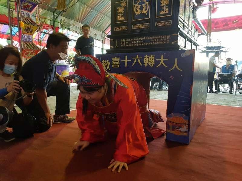 十六歲青少年透過「輭轎腳」儀式,象徵已經「轉大人」。(圖/方詠騰攝)