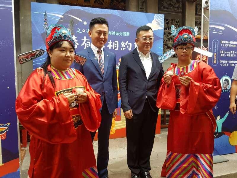 市長林智堅(左二)與竹蓮寺主委許修睿議長(右二)見證2名青少年成年禮儀式。(圖/方詠騰攝)