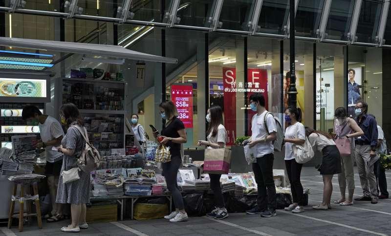 香港民眾搶購特別加印的55萬份《蘋果日報》。(美聯社)