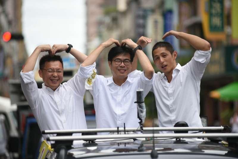 民進黨高雄市長候選人陳其邁、趙天麟主委與網路上擁有高人氣的吳怡農一同進行車隊掃街,並同時做手勢買萌爭取市民支持。(圖/陳其邁競總提供)
